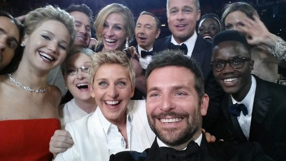 Famosos sonrien haciendose un selfie en los Oscars