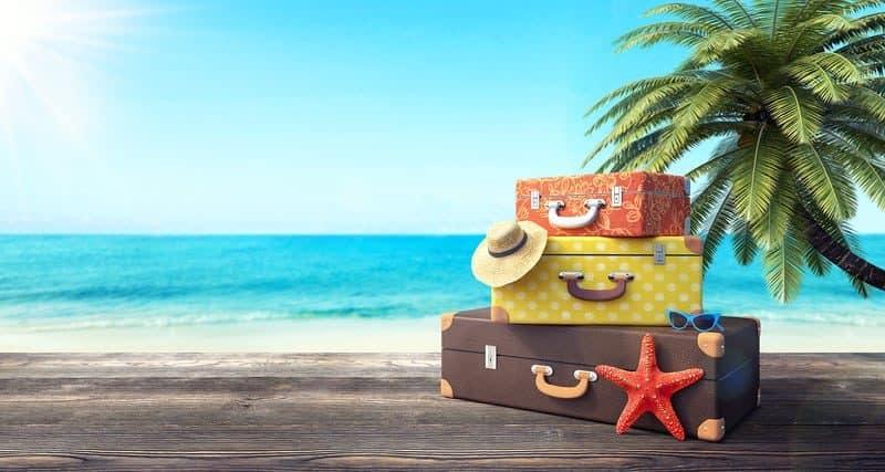 Barevné kufry na pláži