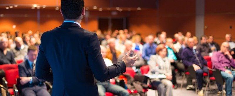 Řečník na obchodní konferenci