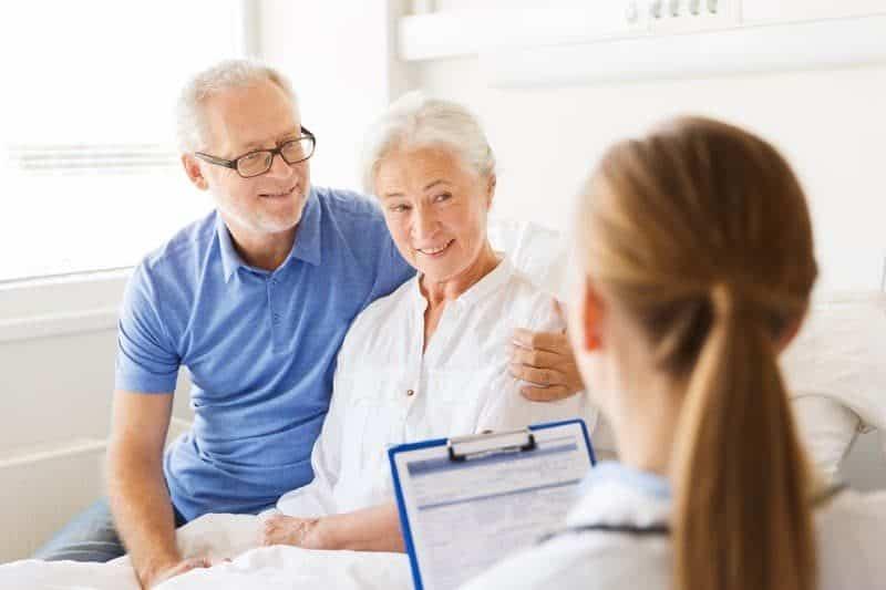 starší žena s mužem a lékařkou v nemocnici