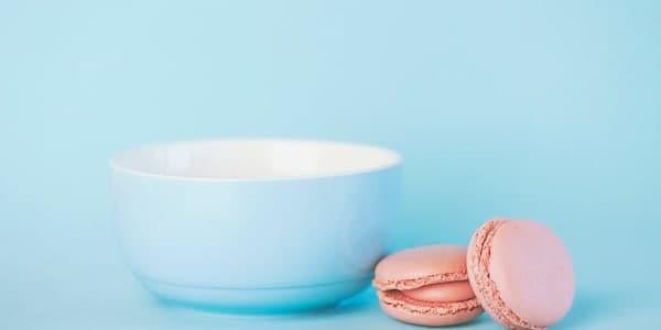 Taça de café com biscoitinhos cor de rosa