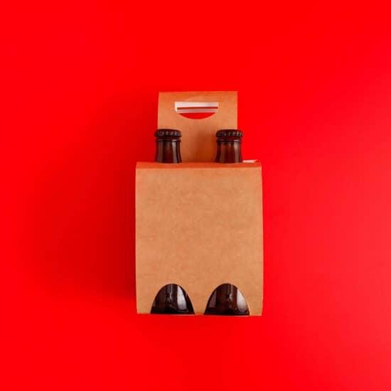 Embalagem de quatro cervejas em um fundo vermelho