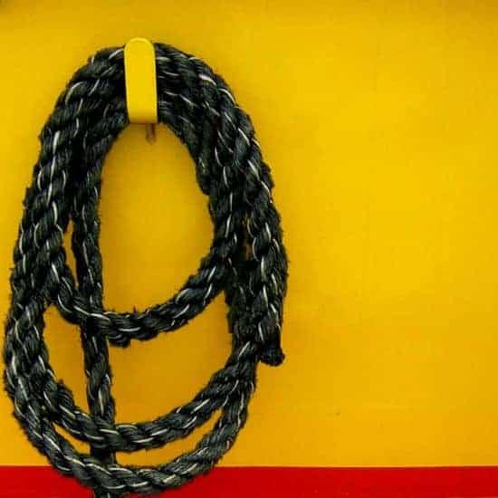Corda preta com o fundo amarelo